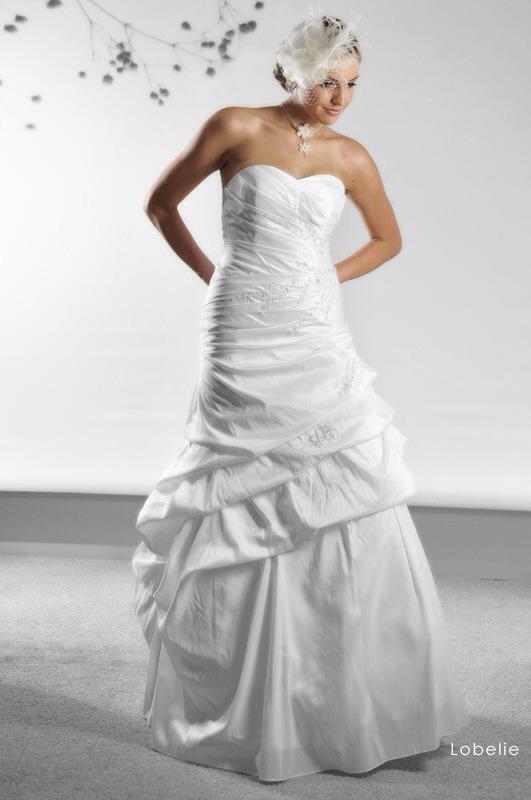 Svadobné šaty Lobelie od Emil Halahija